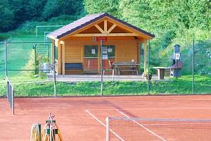 Tennishütte mit Platz